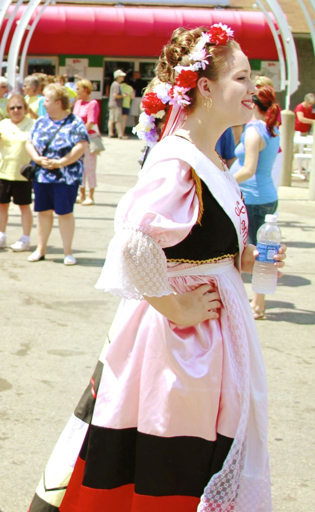 Traditional Italian Costume: I am in love with her flower band!