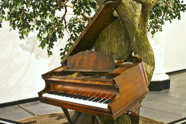 brooklyn-museum-piano-on-tree.jpg
