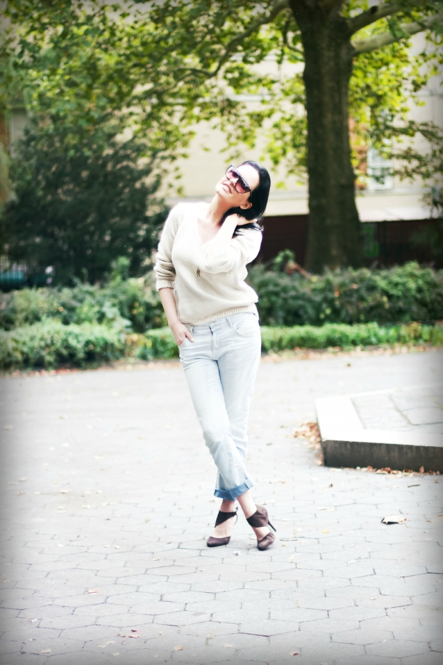 Beige_sweater_stefanel_shoes_brown