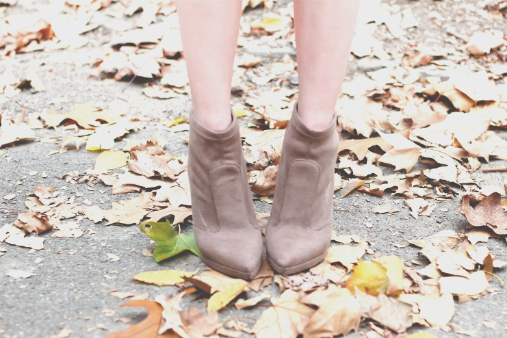 fall_look_2016_chunky_cardigan_blogger_marc_jacobs_tussel_purse_nude_boots_suede (6 of 20)